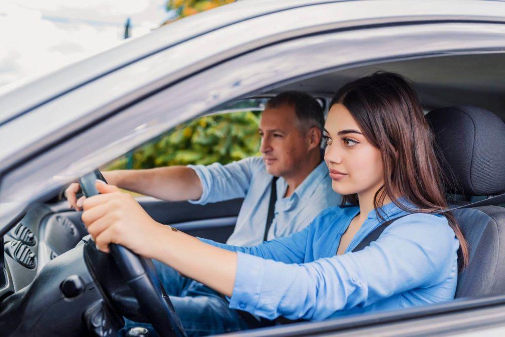 mujer al volante