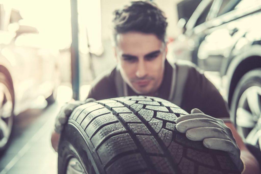 hombre cambiando rueda