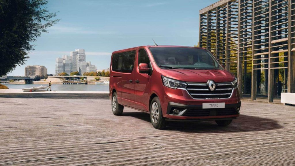 Renault trafic roja aparcada